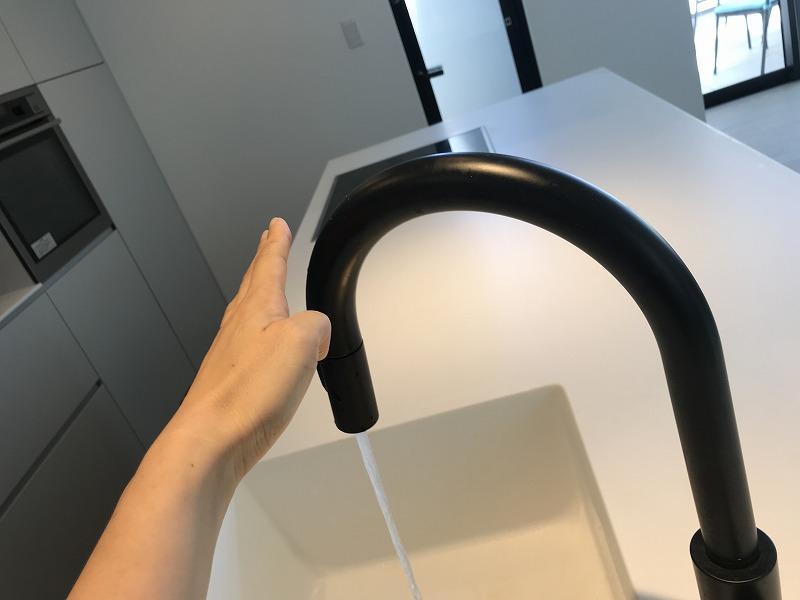 タッチ水栓 黒